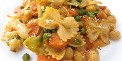 Ensalada tibia de pasta, garbanzos y verduras en salsa de soja