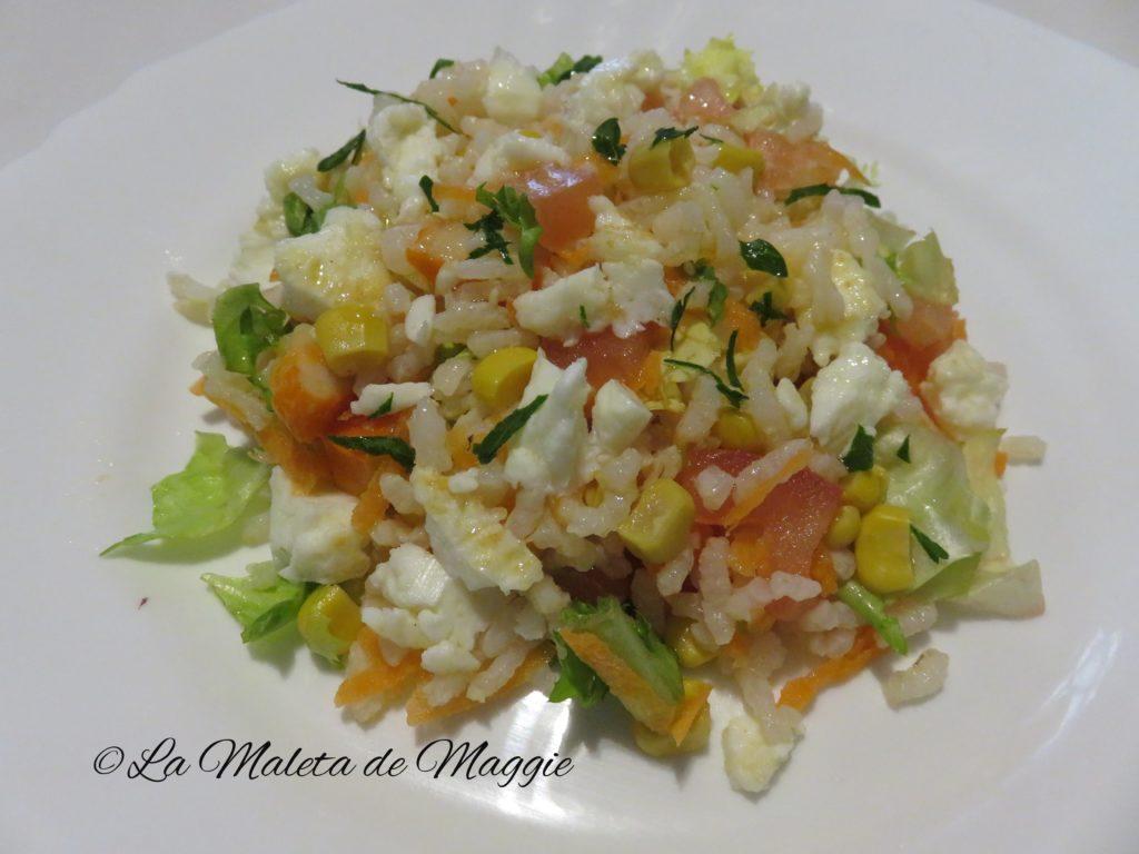 Ensalada de arroz con tortilla de claras de huevo