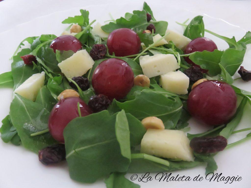 ensalada de rúcula con uva y arándanos