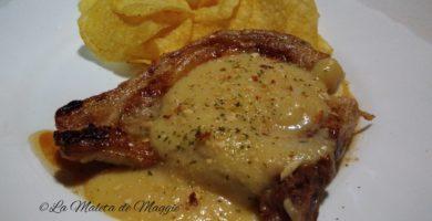 Chuletas de cerdo con salsa de pera picante y almendras