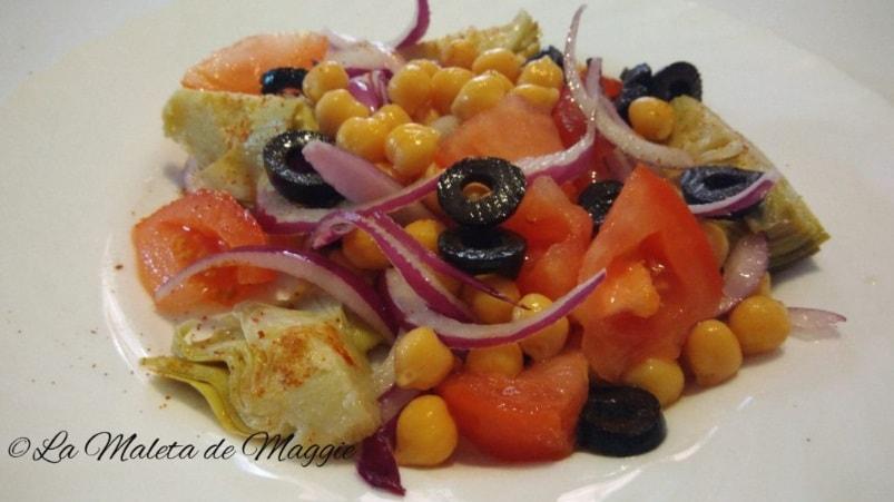 Ensalada de alcachofas, garbanzos, cebolla, tomate