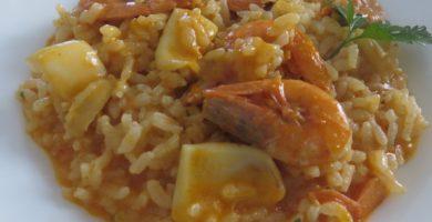 Paella con mejillones, gambas y sepia