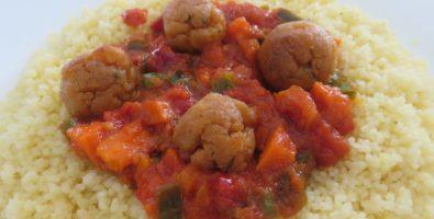 Cuscús con verduras y albóndigas de soja texturizada