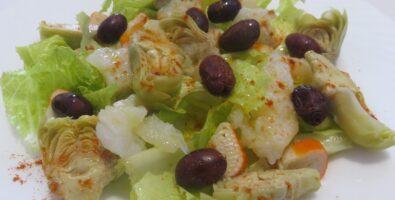 Ensalada con alcachofas y bacalao