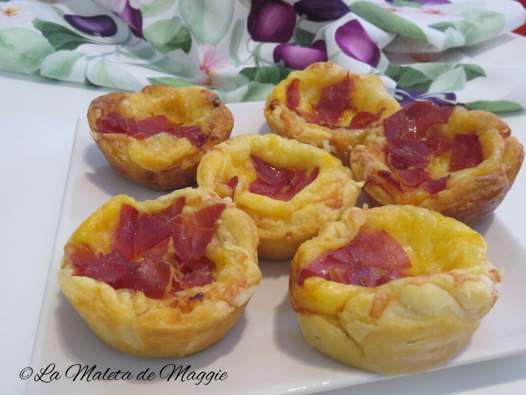 Mini tartaletas de hojaldre con queso y jamón