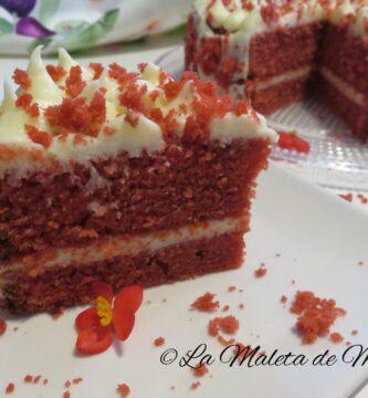 Tarta red velvet con frosting de queso