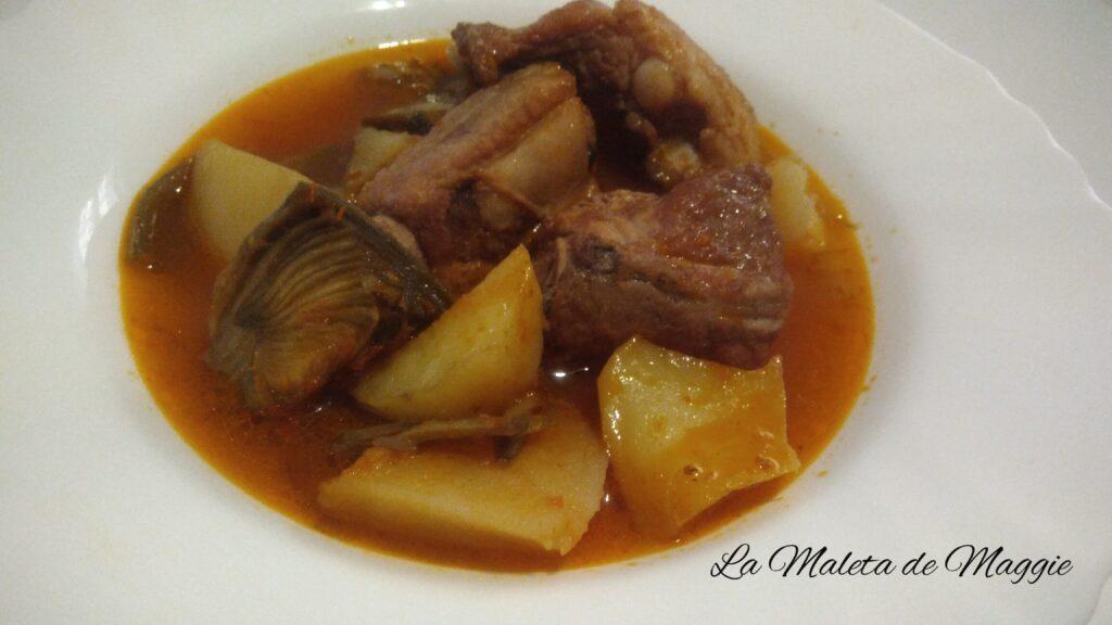 Guiso de patatas, alcachofas y costillas de cerdo al vino tinto