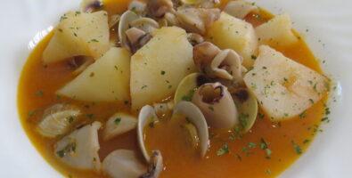 guiso de patatas con calamares y almejas